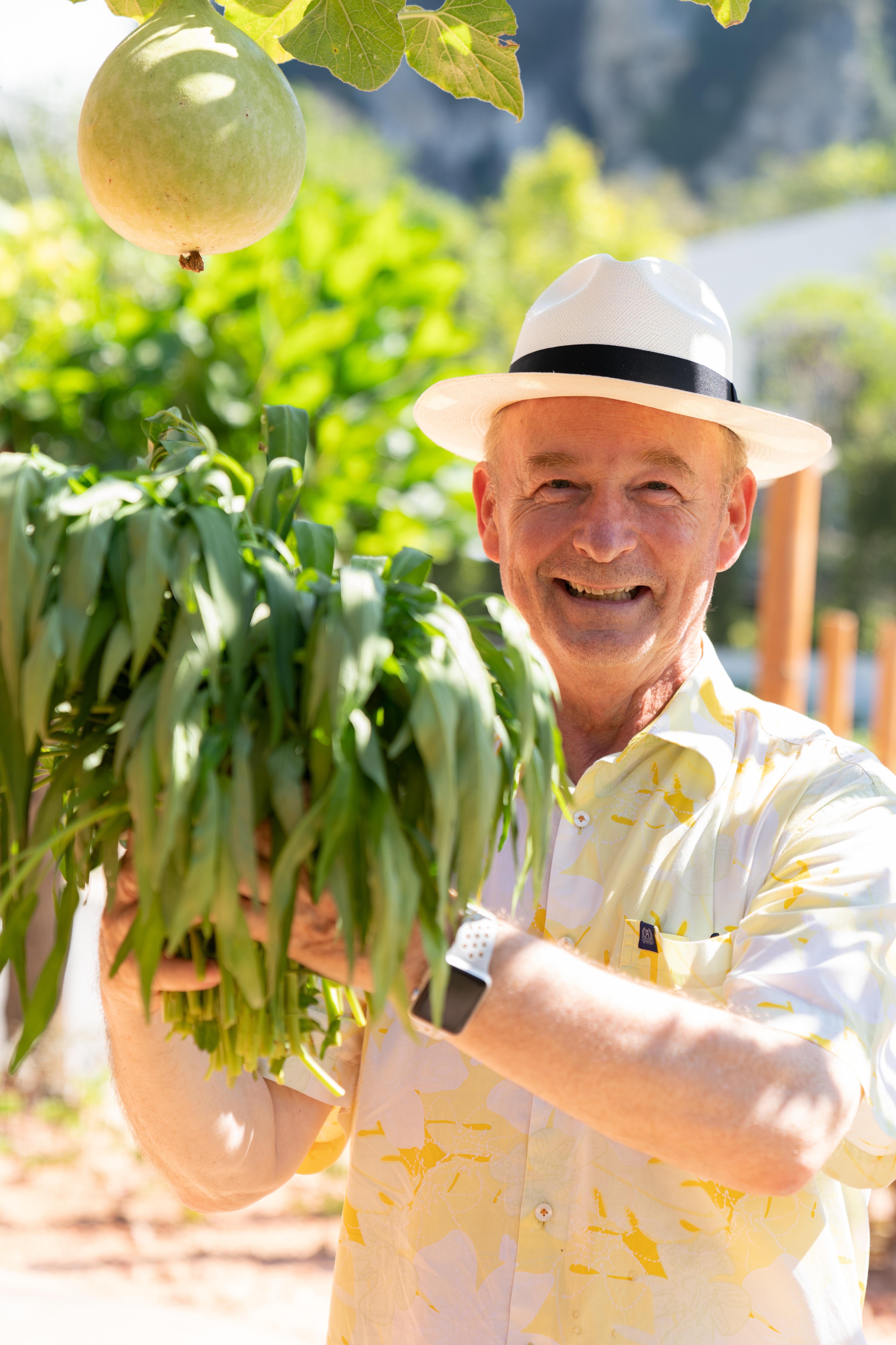 Wolfgang Grimm, der Hotelier des ANANA Ecological Resort, bei der Wasserspinaternte in der hauseigenen Permakulturfarm
